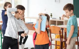 Что делать, если ребенка в школе обижают одноклассники? Причины травли подростка в школе – почему именно вашего ребенка бьют, унижают и т.д.? Ошибки родителей или как реагировать НЕ стоит