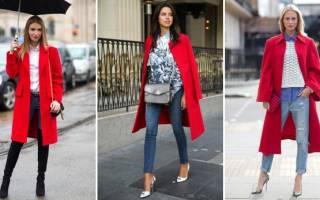 С какой обувью носить красное классическое пальто. С чем сочетать красное пальто с капюшоном. Аксессуары к красному пальто