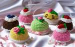 Вязаные пирожные и торты, вязаный торт крючком. Вязаное пирожное крючком