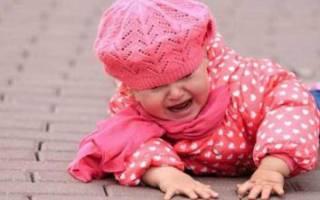 Что ребенок ударился головой. Что делать, если ребенок упал и ударился затылком. Что делать при ушибе головы