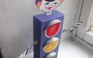 Как сделать поделку на тему пдд в детском саду. Дети выполняют аппликацию «Светофор». Как сделать светофор из картона своими руками: пошаговые фото