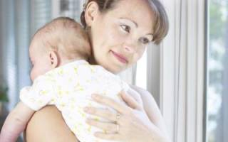 Сколько месяцев держать столбиком после еды. Как держать столбиком ребенка после кормления? Советы и правила